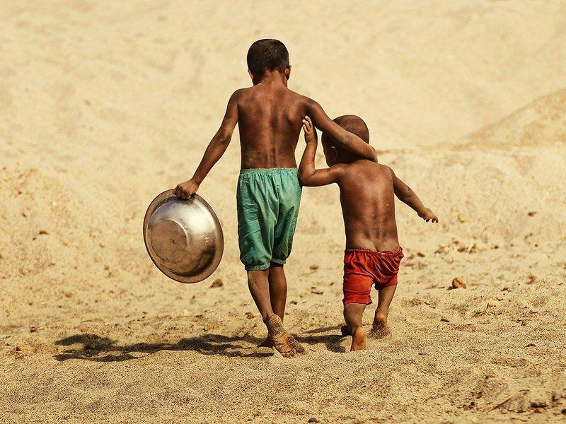 пацаны, братья, мальчишки, двое, в обнимку, таз, тазик, песок, босота Братаныphoto preview
