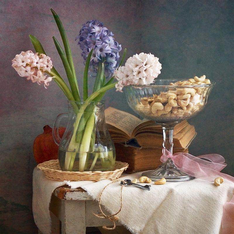 Цветочный, натюрморт, фотография, маленький, букет, розовый, синий, белый, гиацинты, стекло, ваза, кешью, орехи, старые, книги, весна, дом, украшения Гиацинты и орешки кешьюphoto preview