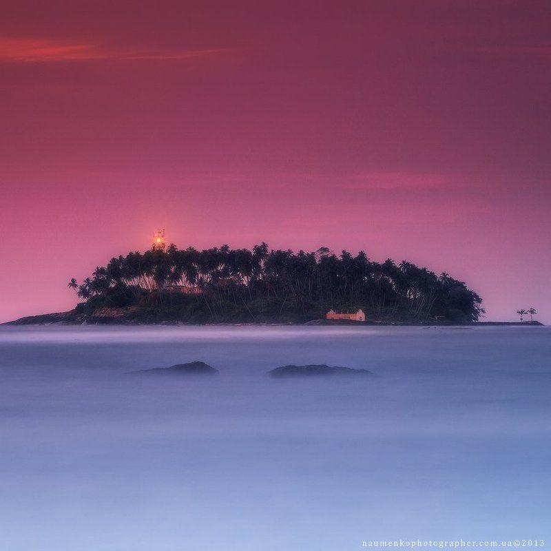 шри, ланка, бентота, пляж, океан, маяк, природа, вода, небо, тропический, песок, лето, остров, море, путешествия, пейзаж, закат, берег, синий, индийский, пальмы, туризм, открытый, красивый, праздник, отдых, курорт, залив, азия, рай, дерево, живописный Шри Ланка. Маяк на острове Barberun у берегов Beruwalaphoto preview
