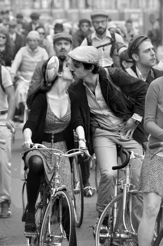 street, city life, man, woman, kiss, spontaneous, paris, velo, bike, crowd, Парижский поцелуйphoto preview