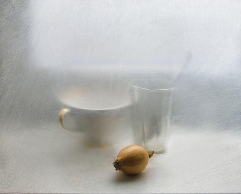Луковица, овощ, стакан, ложка, посуда, чашка, подоконник, натюрморт С луковицейphoto preview