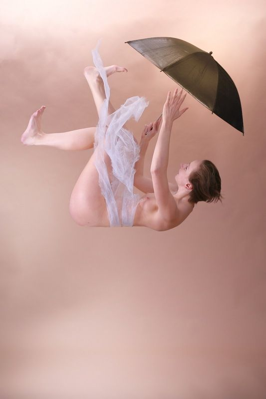 girl, umbrella, nude Sie fällt aus den Wolken (It falls from the clouds)photo preview