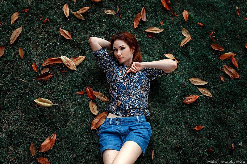 девушка, портрет ,поляна ,листья, осень Олесяphoto preview