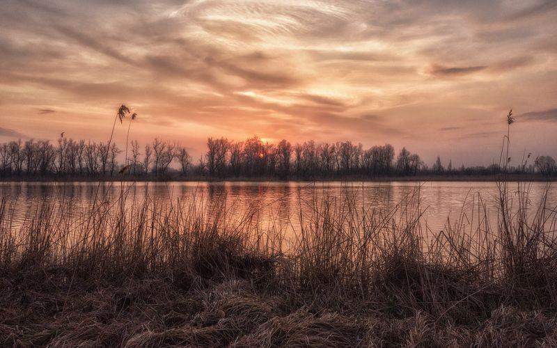 Мартовский вечер над озерной водой...photo preview