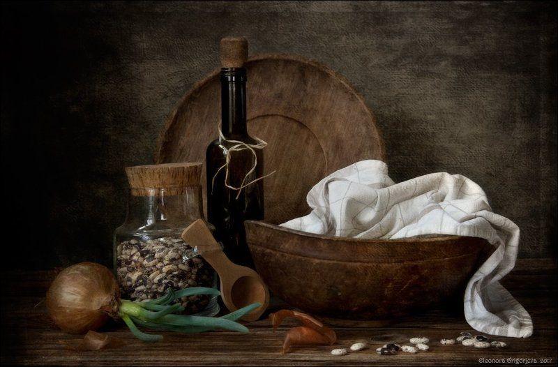 луковица, фасоль, деревянные предметы, винтаж, бутылка, полотенце, натюрморт Натюрморт с проросшей луковицейphoto preview