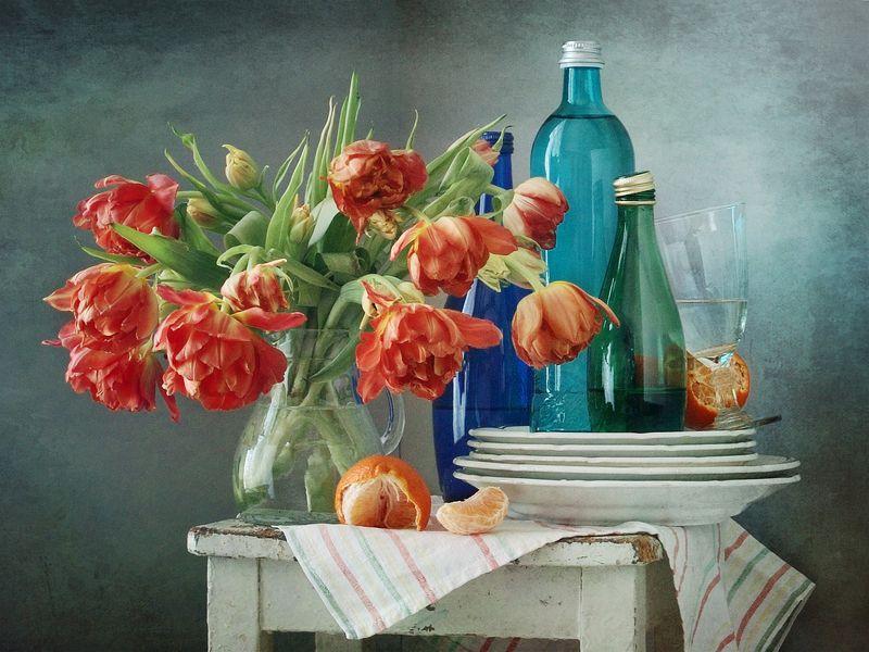 Кухня, натюрморт, фотография, яркий, букет, красный, желтый, тюльпаны, синий, зеленый, бутылка, вода, апельсины, дом, интерьер, дневной свет, цветы Оранжевые тюльпаны и синие бутылкиphoto preview