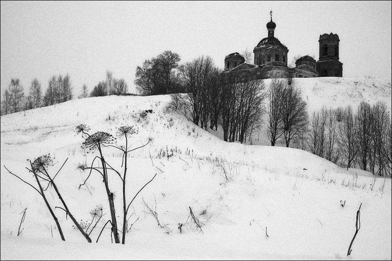 Борщевик у холма с церковью в Сулеге зимойphoto preview