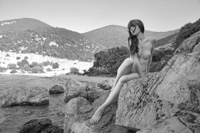 girl, stones, sea, nude Am Felsenstrandphoto preview