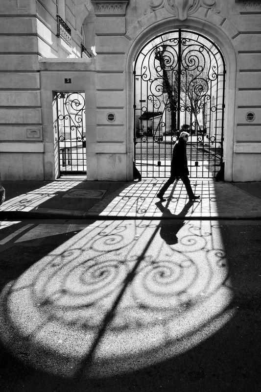 street, city life, man, walking, spontaneous, paris, shadow, line, lattice, contre-jour Переступи чертуphoto preview