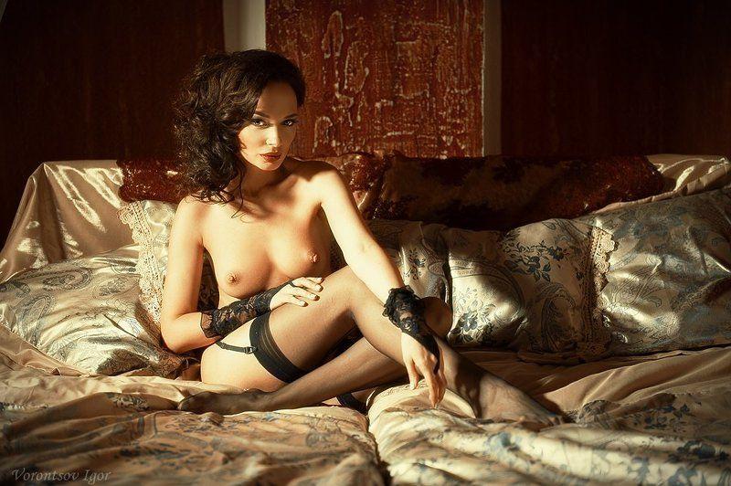 девушка  грудь обнажённая ню винтаж кровать photo preview
