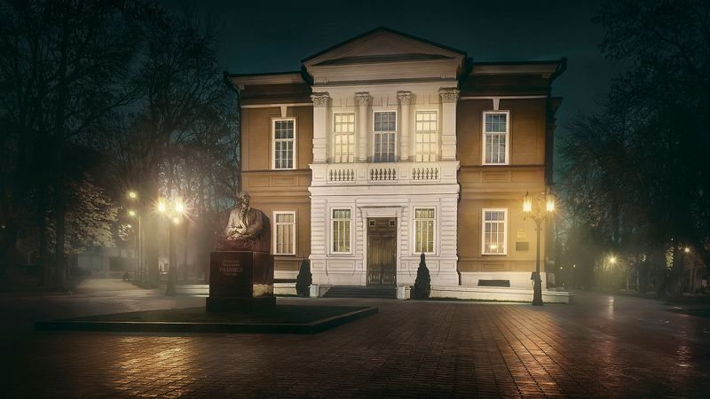 саратов, ночь, музей, фонари, туман Конан Дойлphoto preview