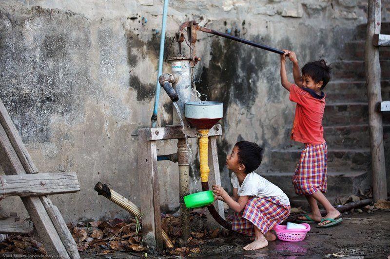дети, детки, добывают, воду, вода, бирма, мьянма, родость, burma, myanmar, boys, kids, water, mandalay, мандалай, город, city На улицах Мандалайphoto preview
