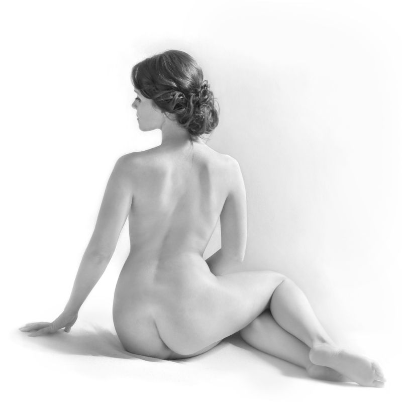 girl, nude, beauty, posing, back, high key Набросокphoto preview