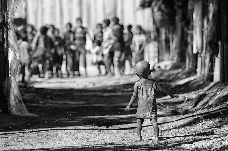 ребёнок, девочка, пыль, грязь, песок, оппозиция, против, дети, малышь, шаги, бангладеш Противостояниеphoto preview