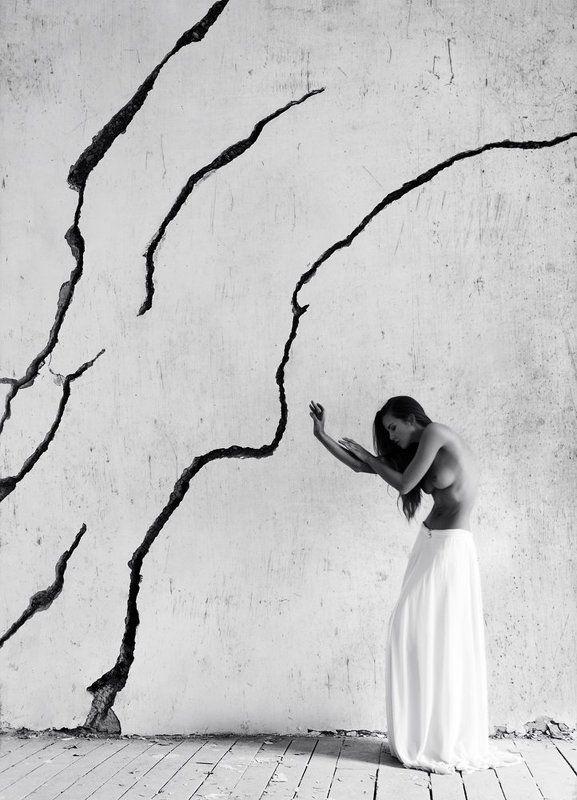 девушка, модель, ню, чб, стена, линии *photo preview