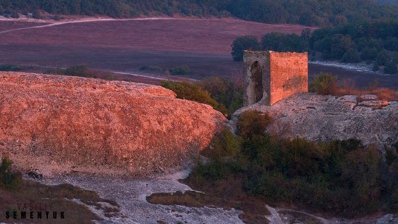Крым, предгорья, Эски-Кермен, Кыз-Куле, башня, рассвет. Рассвет у Кыз-Куле.photo preview