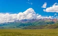 Курайская степь и Курайский хребет в июне.