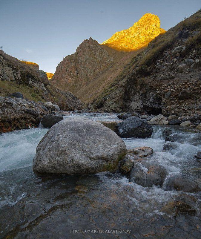 горы, предгорья, хребет, вершины, пики,река, горная река, восход, солнечный свет, осень, скалы, холмы, долина, облака, путешествия, туризм, карачаево-черкесия, кабардино-балкария, северный кавказз , закат, свет, лучи ЗАЦЕПИЛО СОЛНЦЕ ГОРНЫЕ ВЕРШИНЫphoto preview