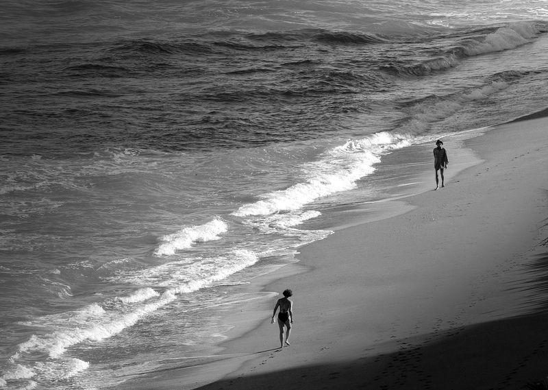 Ч/б перспектива, встреча, люди и Океан Двое на берегуphoto preview