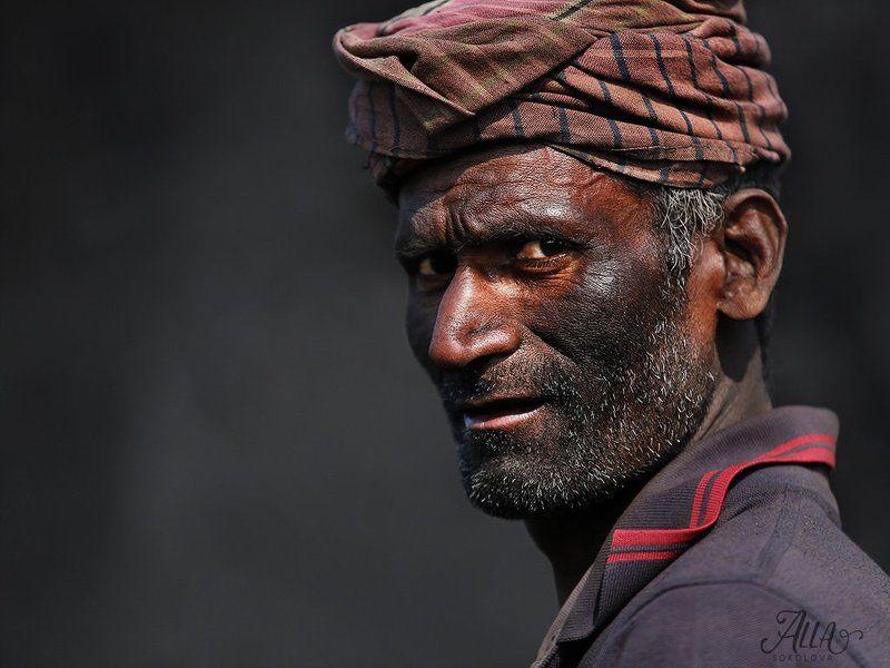 рабочий, труд, мужчина, грязь, седина, чернота, работа, бангладеш На разгрузке угляphoto preview