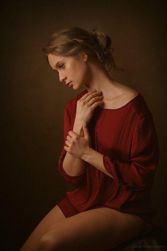 портрет девушка натурщица модель портрет девушки позирующей для карандашных эскизовphoto preview