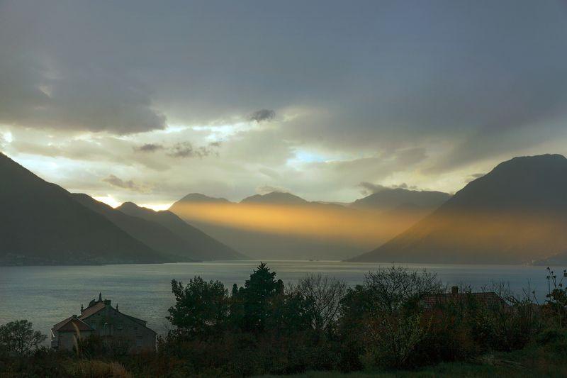путешествие, природа, пейзаж, горы, ландшафт, черногория, море, закат, удивительное Луч солнца золотогоphoto preview