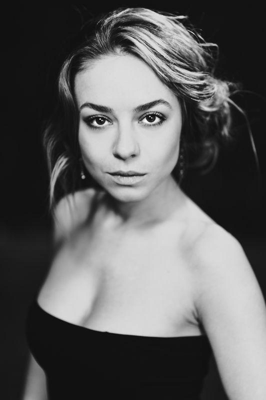 портрет, черно-белое, знаменитости, девушка Рина Гришинаphoto preview