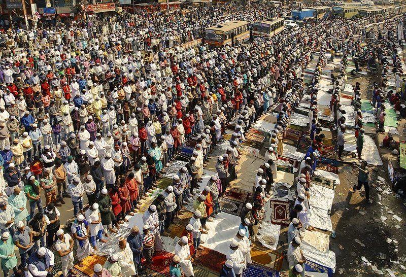 молебен, люди, поток, улица, народ, ряды, строй, линии, диагональ, автобусы, тысячи, бангладеш, мусульмане, праздник Во время молитвыphoto preview