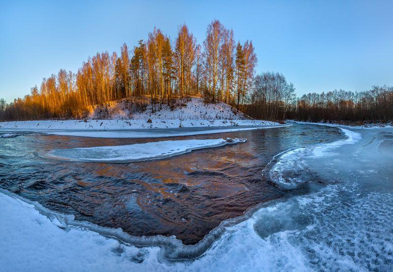 ленинградская область, зима, рассвет, лёд, река вруда, лес, берег, берёзы, вода, течение Золотой берег реки.photo preview