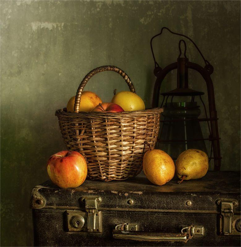 still life, натюрморт, винтаж, ретро,  стилизация,  еда, чемодан,фрукты, яблоки, груши, керосиновая лампа грушки-яблочкиphoto preview
