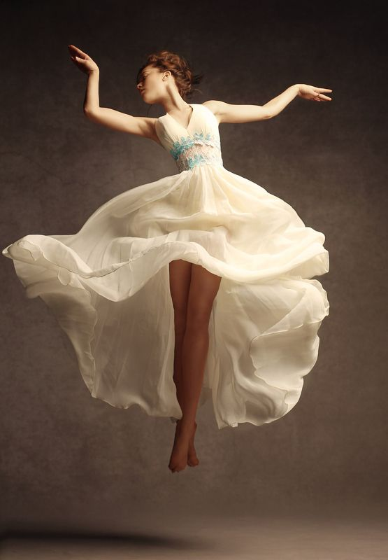 девушка гимнастка, красивая девушка, в прыжке, полет,  photo preview