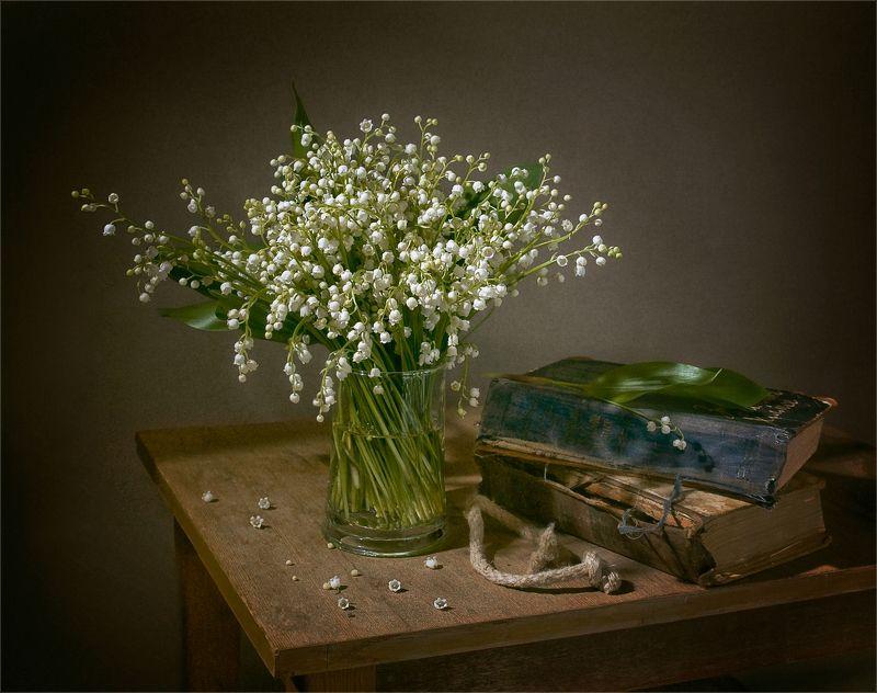 still life, натюрморт,  цветы, природа, ландыши, весна, книги, винтаж натюрморт с ландышами и книгамиphoto preview