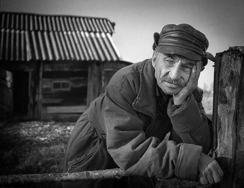 портрет, пожилой мужчина, деревня, чб фото. Михалыч и думы.photo preview