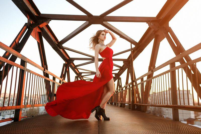 девушка, платье, красный, небо, закат, легкий, цвет, солнце, ветер, фото, переход Перед закатом photo preview