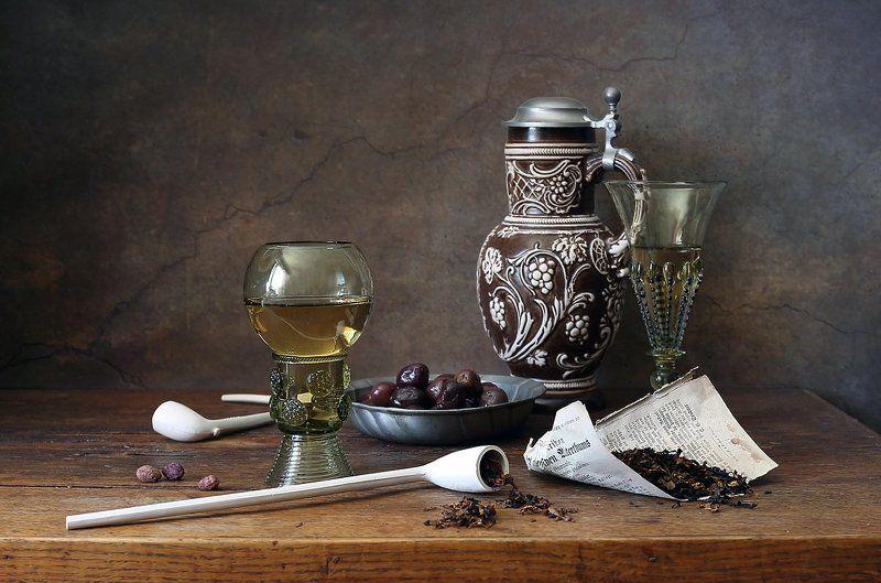 трубка, табак, бокал, лесное стекло, кувшин, оливки, орехи, керамика С курительными трубкамиphoto preview