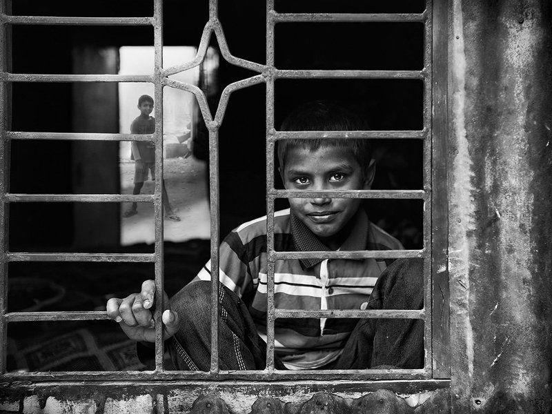 мальчик, решотка, бангладеш, пацан, окно, один Один домаphoto preview