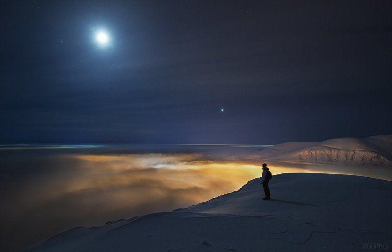 пейзаж,человек,россия,туман,луна,горы,звезды,свет,тень,венера,сумерки Над облакамиphoto preview