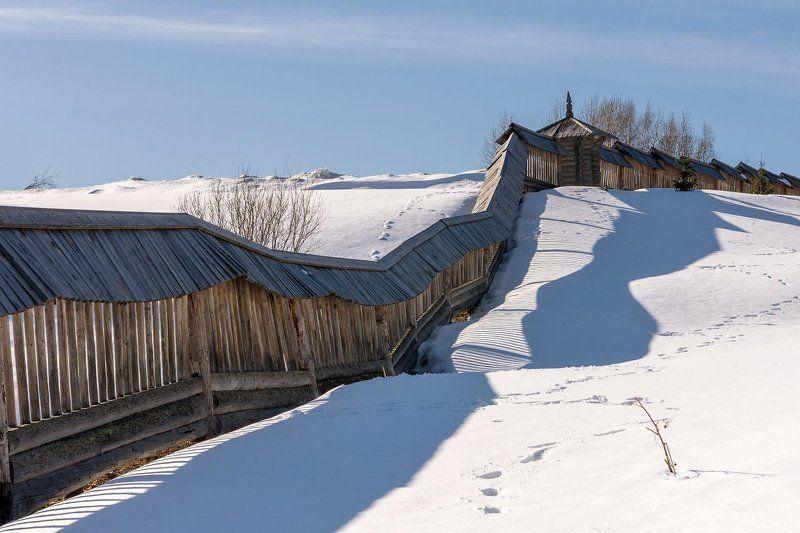 апрель, снег, тени, следы, забор, ограда, крыша Тени скрывают следы на снегуphoto preview