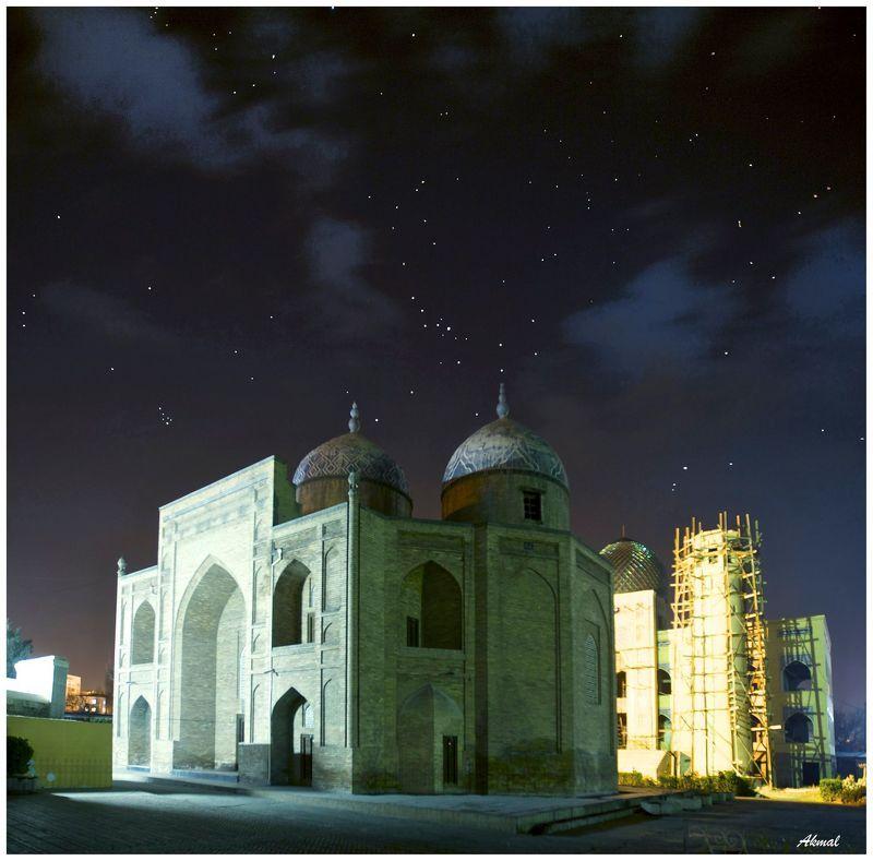 Худжанд, мечеть-мавзолей шейха Муслихддина, правителя города , поэта, жившего в XII веке. Сначала он был похоронен в селении Унджи (пригород Худжанда), но его почитатели перенесли прах шейха в город и воздвигли на этом месте мавзолей.photo preview