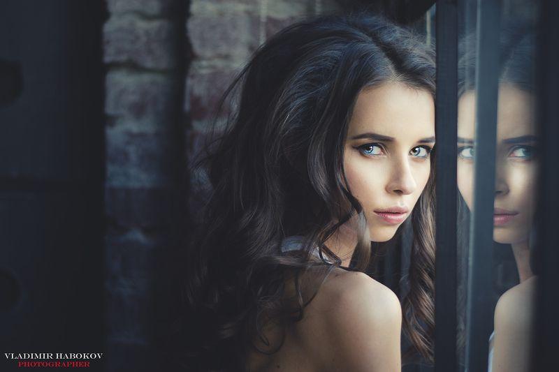 Портрет съемка модель фотограф студия окно  Хитрый взгляд photo preview