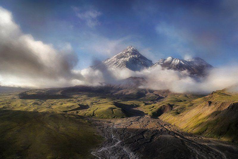 Вулканы Камень и Безымянныйphoto preview