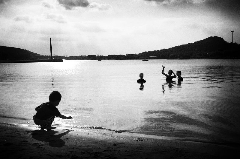 black and white , street , street photography Children playing by the lakephoto preview