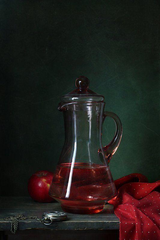 натюрморт, кувшин, яблоко, часы Натюрморт с кувшином и красным яблокомphoto preview