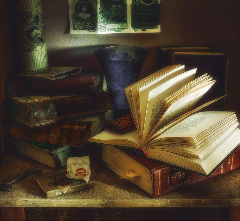 still life, натюрморт,  книги, винтаж, ретро, ваза,театральная  программка, ключ натюрморт с книгамиphoto preview