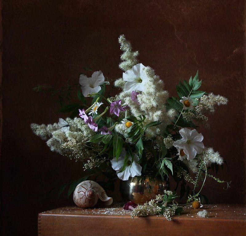 натюрморт, цветы, букет, рябинник, петуния, душистый табак, ромашки, бабочки, ракушка Букетphoto preview