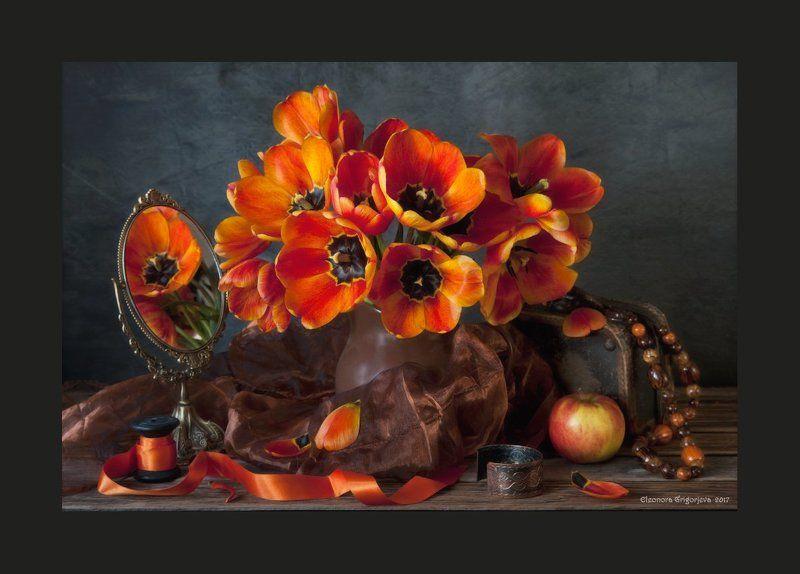 тюльпаны, огонь, пламя, оранжевый, жёлтый, весна, яркий, зеркало, браслет, бусы, женское, лента, катушка, яблоко, ева, натюрморт Пламенеют тюльпаны в маеphoto preview