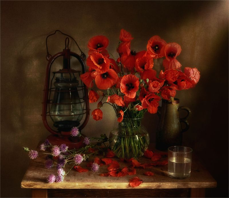 still life, натюрморт,  цветы, природа,маки, керосиновая лампа, стакан, кувшин, чайник,  винтаж натюрморт с цветамиphoto preview