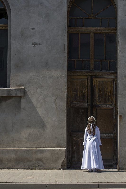 child, girl, sun, natural-light, street, reportage, city, communion day, holiday Communion dayphoto preview