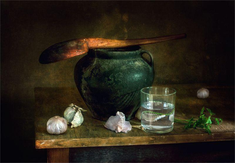 still life, натюрморт, винтаж, ретро, чеснок, горшочек, кувшин, стакан, мешочек, зелень,деревянная ложка наттюрморт с чеснокомphoto preview