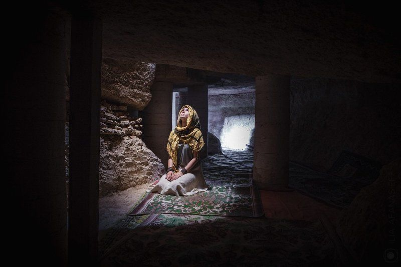 Екатерина Кошко в подземной мечети Султан-Эпе, Мангистау, Западный Казахстанphoto preview